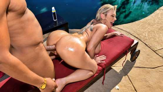 Big Wet Butts – Dee Williams – Backyard Banging